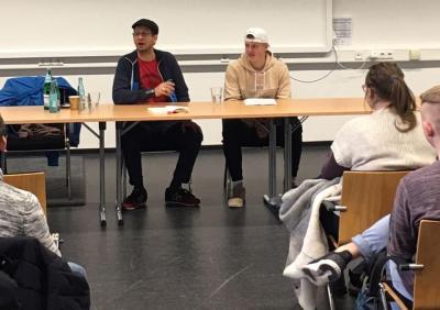 Schüler*innen des Wirtschaftsgymnasiums diskutieren mit dem Autor Leonard. F. Seidl über Fremdenfeindlichkeit