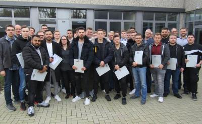 Gut ausgebildete Nachwuchskräfte für die Region - Zeugnisübergabe der Metallerinnen und Metaller am BKLK