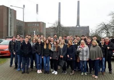 Oberstufe des Wirtschaftsgymnasiums WG18 zu Besuch bei VW in Wolfsburg